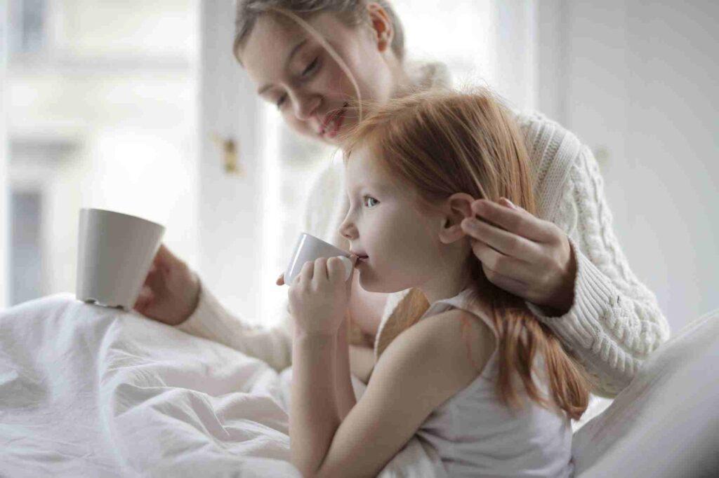 Kvinna håller om liten flicka